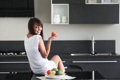 Młoda kobieta w nowożytnej kuchni Obrazy Royalty Free