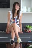 Młoda kobieta w nowożytnej kuchni Obraz Stock