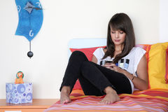 Młoda kobieta w nowożytnej sypialni Fotografia Stock