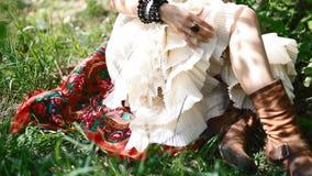 Młoda kobieta w obywatel sukni pozie fotograf zdjęcie wideo