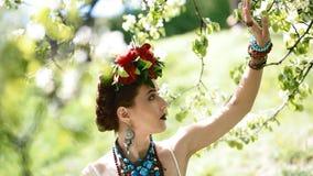Młoda kobieta w obywatel sukni pozie fotograf zbiory