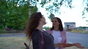 Młoda kobieta w oczekiwaniu na radosnego gorgeousity z jej dziewczyną zdjęcie wideo