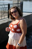Młoda kobieta w okularach przeciwsłonecznych blisko stawu na słonecznym dniu Obraz Royalty Free
