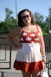 Młoda kobieta w okularach przeciwsłonecznych blisko stawu na słonecznym dniu Fotografia Stock