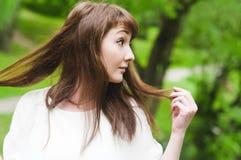 Młoda kobieta w parkowy patrzeć na boku Obrazy Royalty Free