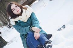 Młoda kobieta w parku w zimie fotografia royalty free