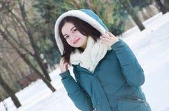 Młoda kobieta w parku w zimie obrazy royalty free