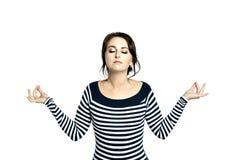 Młoda kobieta w pasiastym ciasnym pulowerze, jest ubranym wokoło szkieł, robi godny pożałowania faceA młodej dziewczyny w pasiast zdjęcie stock