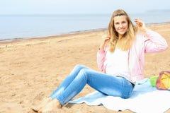 Młoda kobieta w plaży Fotografia Royalty Free