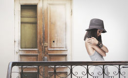 Młoda kobieta w popielatej sukni i kapeluszu fotografia royalty free