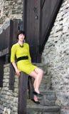 Młoda kobieta w poręczu smokingowym obsiadaniu na poręczu Zdjęcie Stock