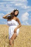 Młoda kobieta w pszenicznym złotym polu zdjęcie royalty free
