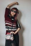 Młoda kobieta w pulowerze i spódnicie z szkłami Zdjęcie Royalty Free