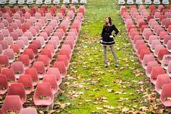 Młoda kobieta w pustym audytorium zdjęcie stock