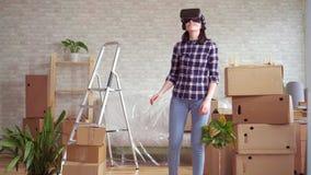 Młoda kobieta w rzeczywistość wirtualna szkłach obok pudełek zbiory