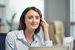 Młoda kobieta w słuchawki wywoławczy operator fotografia stock