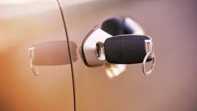 Młoda kobieta w samochodzie Przejażdżki instrukcji wypadek Samochód pożyczka fotografia stock