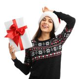 Młoda kobieta w Santa kapeluszu z prezenta pudełkiem na białym tle świętuje świętowania bożych narodzeń córki kapeluszy macierzys Fotografia Stock