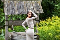 Młoda kobieta w seksownej długiej szarości sukni obraz royalty free