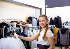 Młoda kobieta w sklepowym kupieniu odziewa zdjęcie royalty free