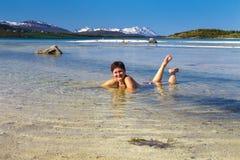 Młoda kobieta w swimsuit na morze plaży Obraz Royalty Free