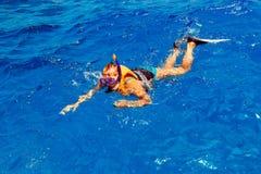 Młoda kobieta w swimsuit snorkeling obrazy stock