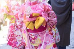 Młoda Kobieta w tradycyjnych Japońskich kimonach na wakacje zdjęcie royalty free