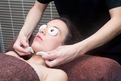 Młoda kobieta w zdroju ma twarz masaż Obraz Stock