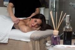 Młoda kobieta w zdroju ma tylnego masaż Fotografia Stock