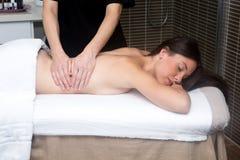 Młoda kobieta w zdroju ma tylnego masaż Obraz Stock