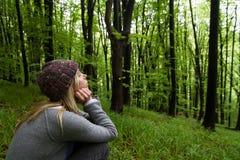 Młoda kobieta w zielony drewien medytować Obraz Stock