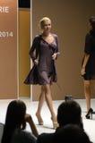 Młoda kobieta w zmroku - szarej koszula nocnej 5th Międzynarodowa bielizna, beachwear, dom odzież i pończoszarnia wystawa, Zdjęcie Stock