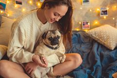 Młoda kobieta weekend w domu dekorował sypialni mienia łapę pies obrazy royalty free