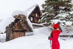 Młoda kobieta wewnątrz Iść wioska w zimie, UNESCO światowego dziedzictwa miejsca, Japonia Fotografia Stock