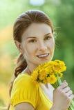 Młoda kobieta wewnątrz z bukietem Zdjęcia Stock