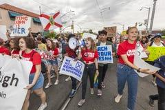 Młoda kobieta wiodący tłum z megafonem podczas napad z bronią w ręku pro Fotografia Stock