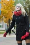 Młoda kobieta wita taxi taksówkę z trzymać out ona obraz stock