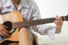 Młoda kobieta wręcza wzruszających gitara akordy zdjęcia stock