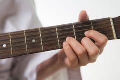 Młoda kobieta wręcza wzruszających gitara akordy zdjęcia royalty free