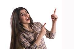 Młoda kobieta wskazuje palce daleko od fotografia stock