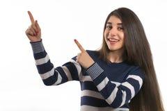 Młoda kobieta wskazuje palce daleko od obraz stock