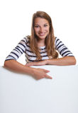 Młoda kobieta wskazuje w dół signboard Obrazy Stock