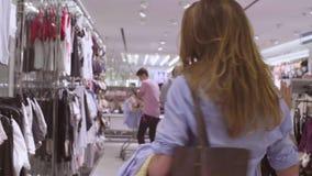 Młoda kobieta wybiera bieliznę w sklepie odzieżowym zbiory wideo
