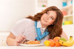 Młoda kobieta wybiera dietę Obrazy Royalty Free