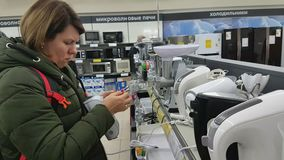 Młoda kobieta wybiera melanżer w supermarkecie domowi urządzenia zdjęcie wideo