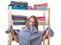 Młoda kobieta wybiera odzieżowego obraz stock