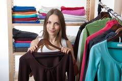 Młoda kobieta wybiera odzieżowego zdjęcia royalty free