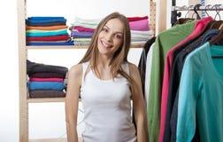 Młoda kobieta wybiera odzieżowego fotografia stock