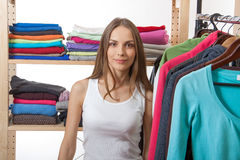 Młoda kobieta wybiera odzieżowego obrazy royalty free