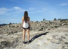 Młoda kobieta wycieczkowicz przegląda skalistego teren obraz royalty free